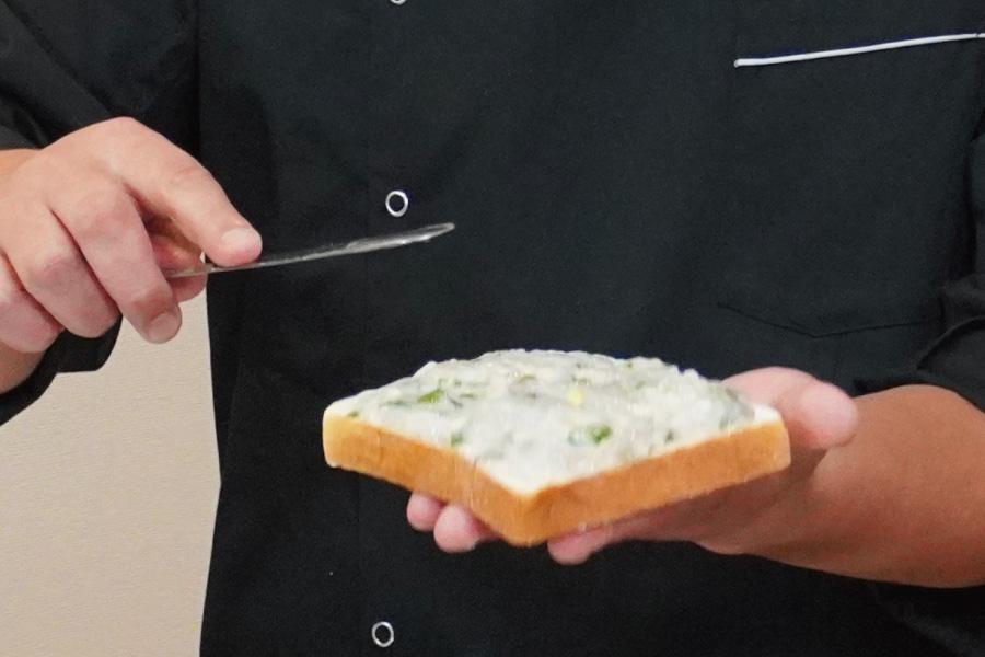 熱が通りやすくなるように、パンに塗る具は、端のほうまで均一に伸ばしましょう!